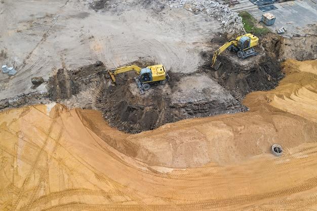 L'escavatore prepara il sito per la costruzione