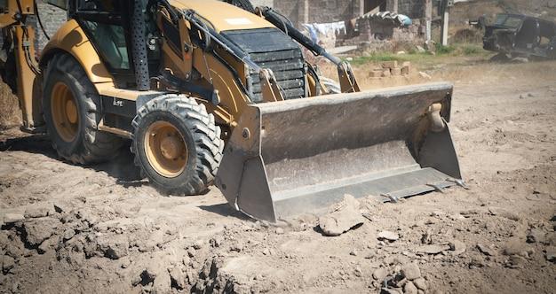 L'escavatore lavora in un cantiere edile.
