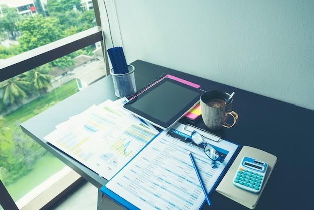 Grafico di excel con il documento del foglio di calcolo che mostra il concetto di avvio finanziario delle informazioni.