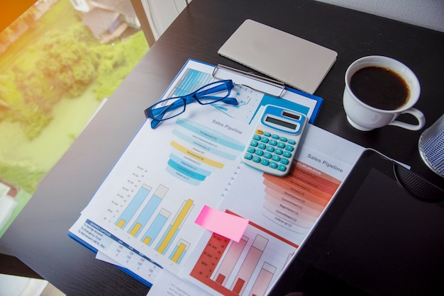 Statistiche del grafico di analisi aziendale del foglio di calcolo delle statistiche di excel con il numero di dati del grafico e della tabella nel database dei grafici. le mani del contabile puntano i grafici del grafico aziendale del documento del foglio di calcolo finanziario excel stat