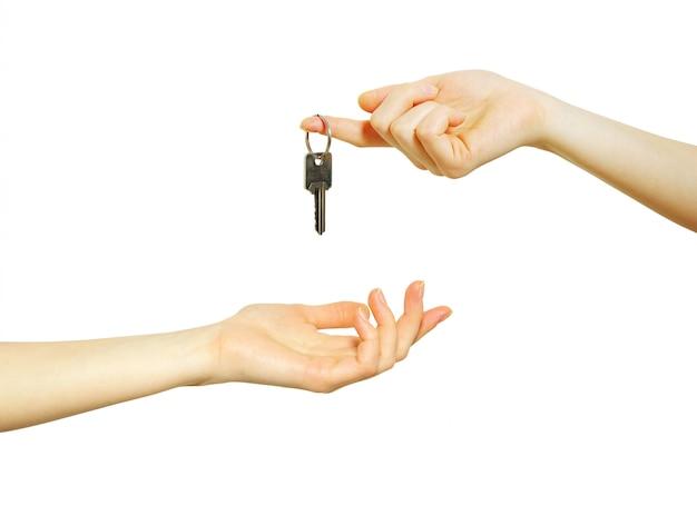 Scambio di chiavi tra le mani. vendita di proprietà o concetto di affitto