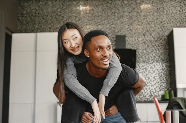 Eccitato coppia afroamericana sulle spalle. nuovo concetto di acquisto dell'appartamento.