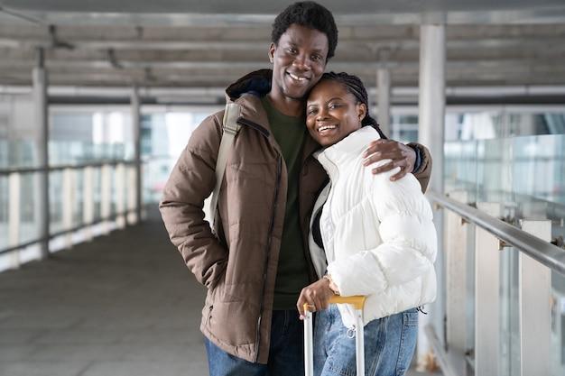 Coppia eccitata viaggi felici turisti africani sorriso lasciare l'aeroporto all'arrivo alla destinazione di vacanza