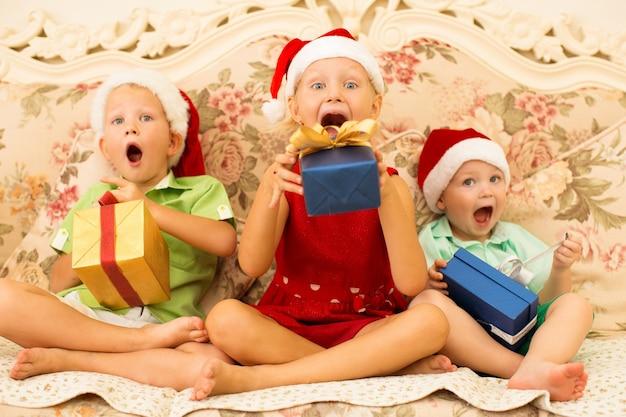 Eccitati bambini divertenti in attesa di regali