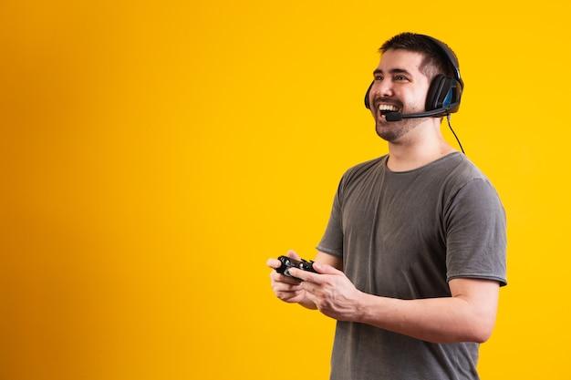 Eccitato bell'uomo che gioca al videogioco