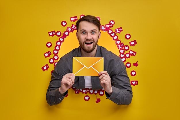 Uomo eccitato che gode di un feedback positivo, desidera più abbonati e messaggi