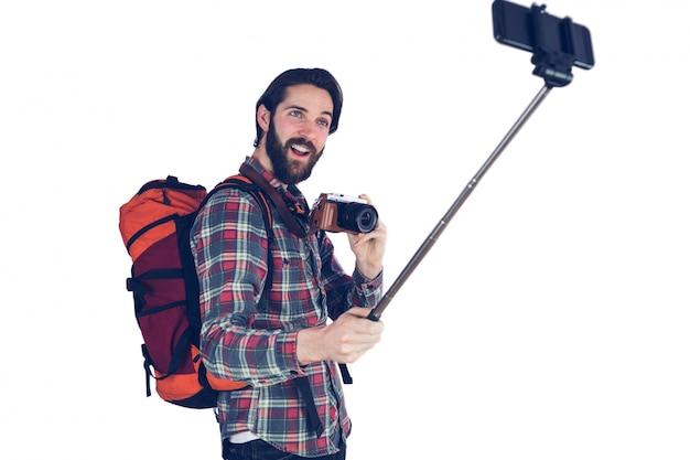 Uomo emozionante che parla selfie