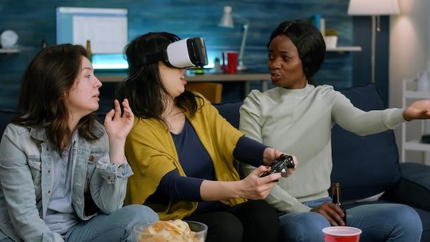Donna eccitata che trascorre del tempo con amici di razza mista che sperimentano la realtà virtuale