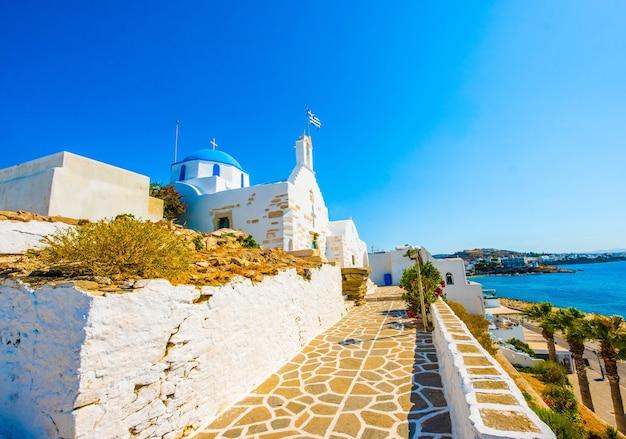 Vista emozionante della chiesa greca di fronte alla costa del mare turchese