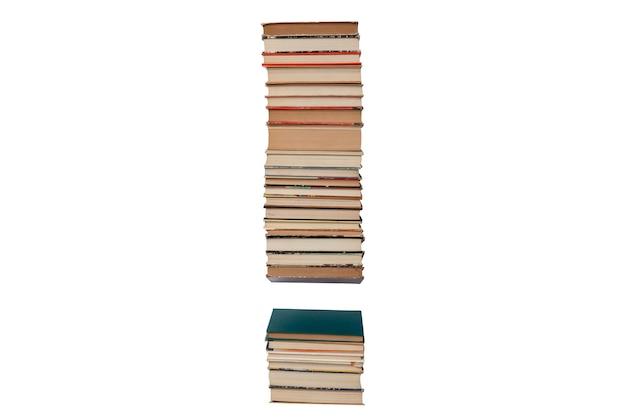 Punto esclamativo fatto di libri isolati su bianco