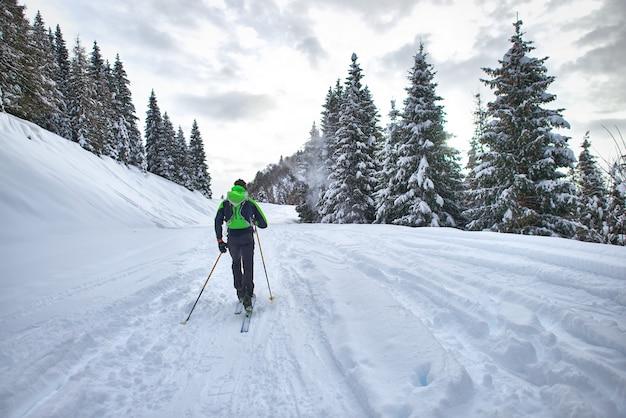 Escursione con gli sci da alpinismo