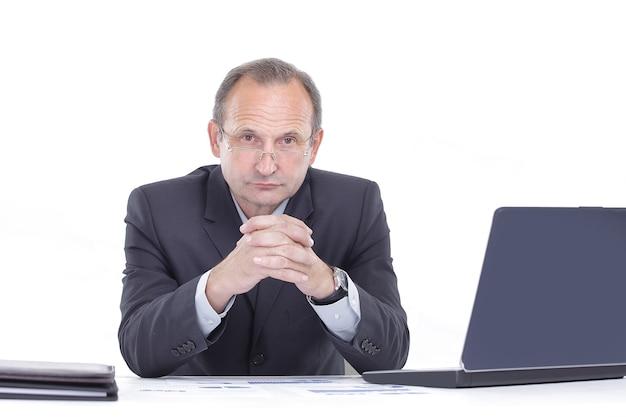 Imprenditore esecutivo seduto alla sua scrivania