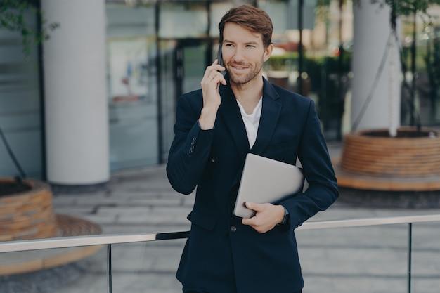 L'abito formale della locanda dell'executive manager ha conversazioni mobili all'aperto