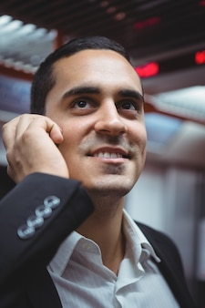 Esecutivo parlando al cellulare in treno