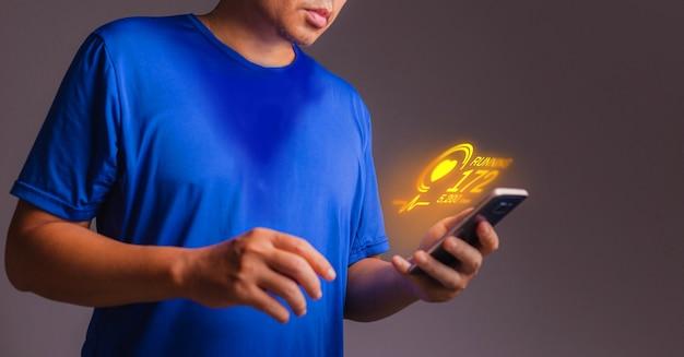 Applicazione di esercizio su smart phone in mano. concetto di app per esercizi con ologramma.