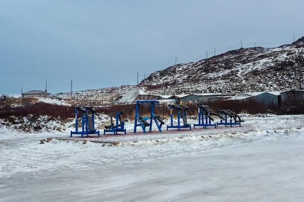 Attrezzatura sportiva all'aria aperta nel villaggio settentrionale di teriberka sulla penisola di kola.