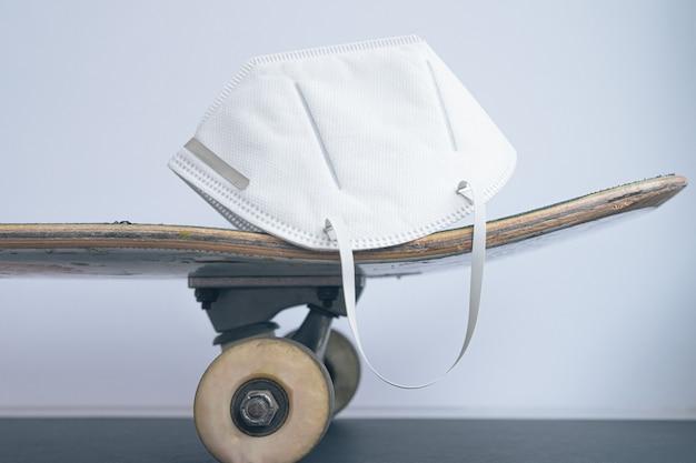 Esercizio con una maschera .kit per andare a pattinare ora sul covid 19.
