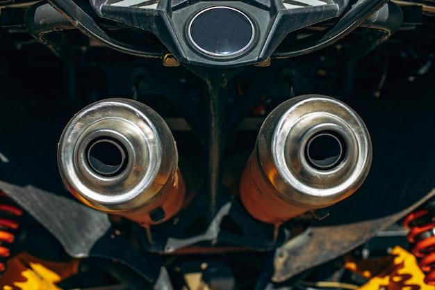 Primo piano del tubo di scarico dell'auto atv