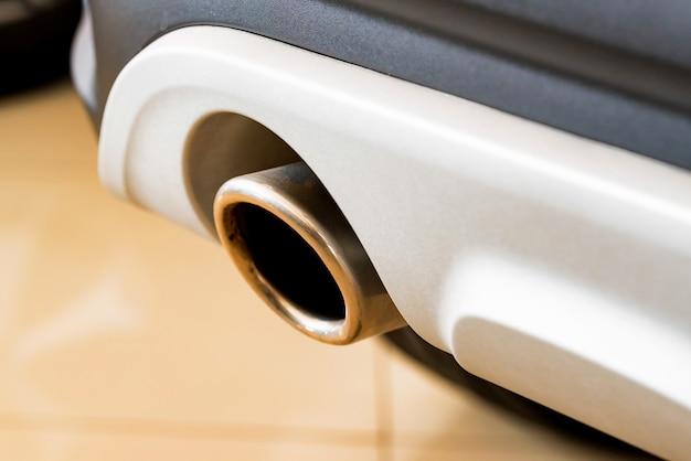 Tubo di scarico di un'automobile bianca moderna