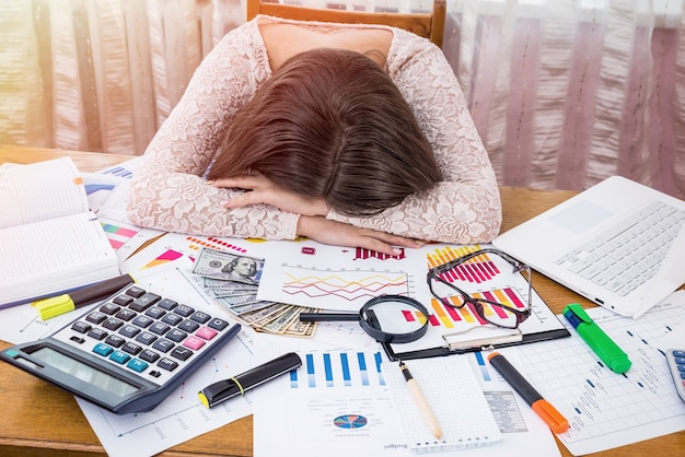 Analista di affari esausto dorme sul suo posto di lavoro