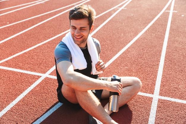 Lo sportivo esausto ha finito di correre allo stadio