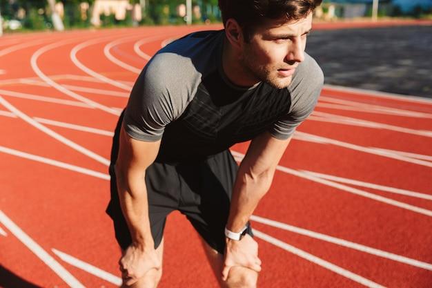 Lo sportivo esausto ha finito di correre