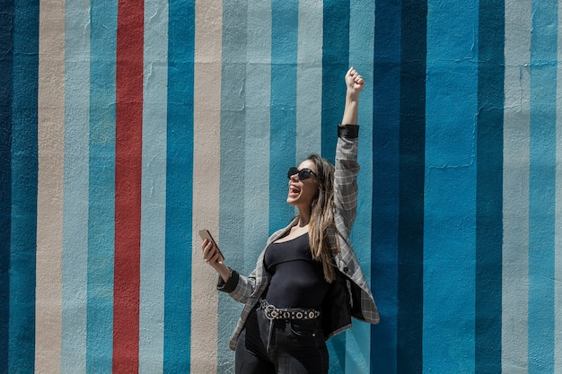Donna uscita che celebra la vittoria con il braccio alzato