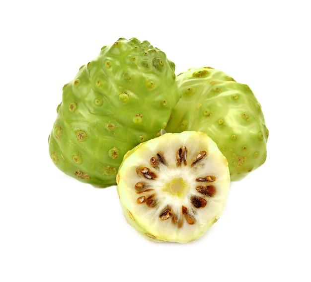 Frutta esotica. noni su bianco