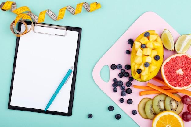 Frutta esotica con appunti vuoti Foto Premium
