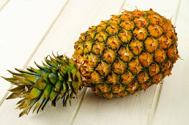 Frutti esotici. ananas maturo dolce maturo su fondo di legno. foto di studio