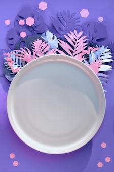 Foglie di carta esotiche ed esagoni alla moda nei colori viola, rosa, neon.
