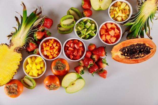 Frutti esotici e tropicali papaia, ananas, kiwi, mela, fragola e cachi
