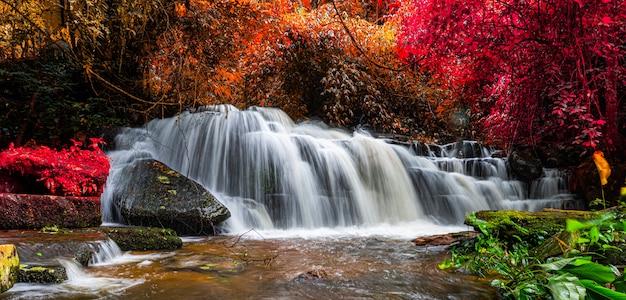 La cascata esotica e il lago abbelliscono la bella cascata panoramica in foresta pluviale al parco nazionale della cascata di mundang
