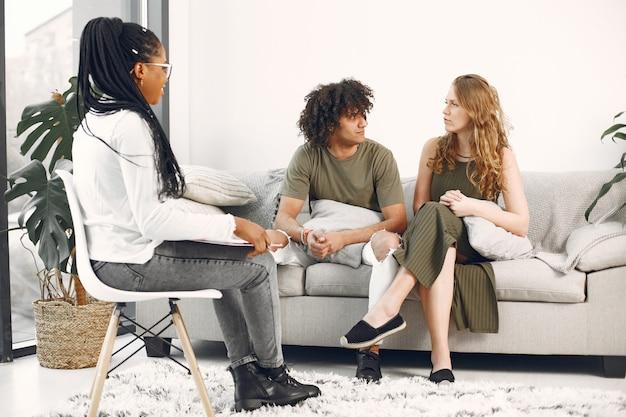 Incontro di consulenza familiare in attesa di coppia psicologo in visita di coppia per consulenza relazionale.