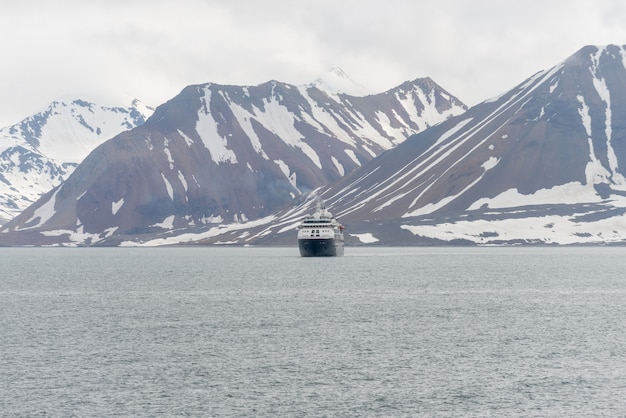 Nave da spedizione nel mare artico, svalbard. nave da crociera passeggeri. crociera artica e antartica.