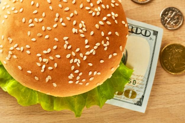 Hamburger costoso con una banconota da cento dollari