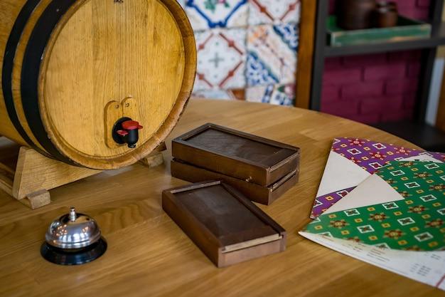 Bottiglia di vino costosa e botte di legno nel ristorante, degustazione di vini e concetto di produzione