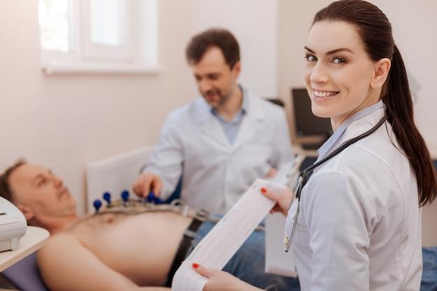 Una signora esperta, distinta, intelligente, che sembra felice pur non lanciando alcuna traccia di malattia dopo aver eseguito alcuni test