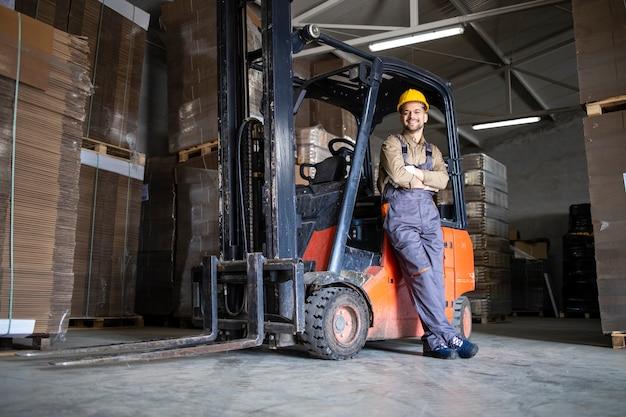 Autista esperto di carrelli elevatori nel magazzino del magazzino.
