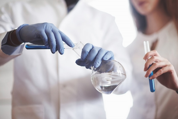 Esperimenti in laboratorio chimico. è stato condotto un esperimento in un laboratorio in boccette trasparenti