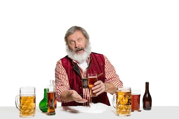 Barman esperto con birra in studio