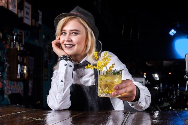La ragazza esperta bartending sorprende con i suoi visitatori del bar delle abilità nel pub