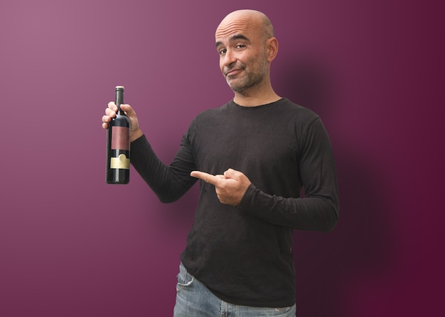 Uomo esperto che apprezza le proprietà di un winemarker