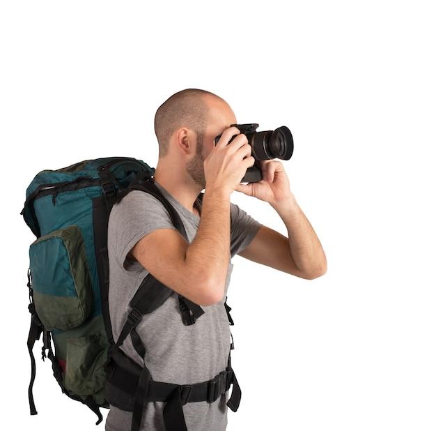 Esploratore che fotografa paesaggi visitati con la sua macchina fotografica