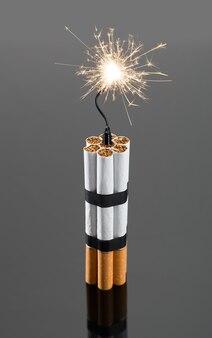 Esplosivi da sigarette con scintille su sfondo grigio