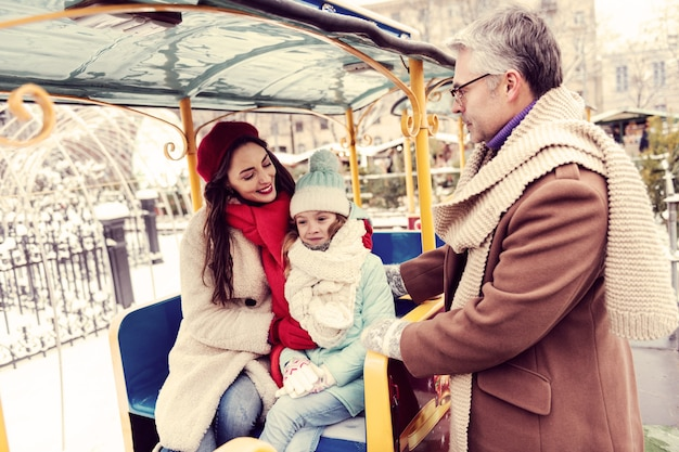 Esprimi la felicità. felice donna bruna mantenendo il sorriso sul suo viso mentre guarda il suo bambino