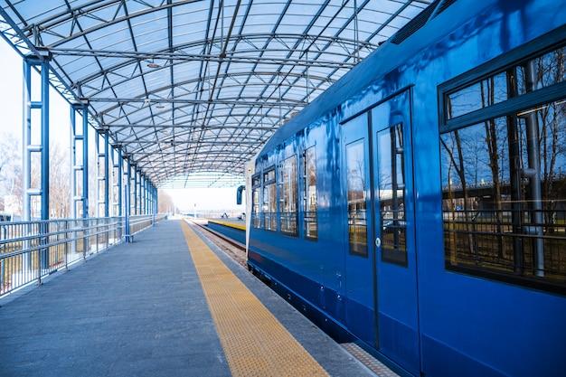 Treno espresso da kiev all'aeroporto boryspil. iscrizione a bordo