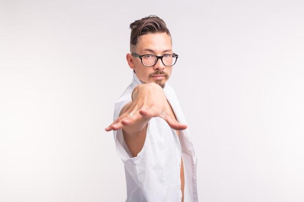 Concetto di espressione e gesto - giovane uomo in camicia bianca con la mano in avanti alla telecamera