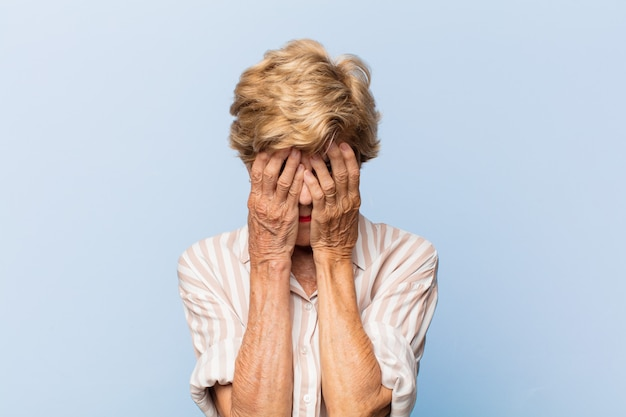 Bella donna anziana espressiva