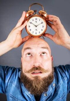 Uomo espressivo con sveglia